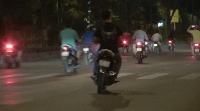 CSGT diễn tập bắt hàng chục quái xế đua xe lúc rạng sáng - 1