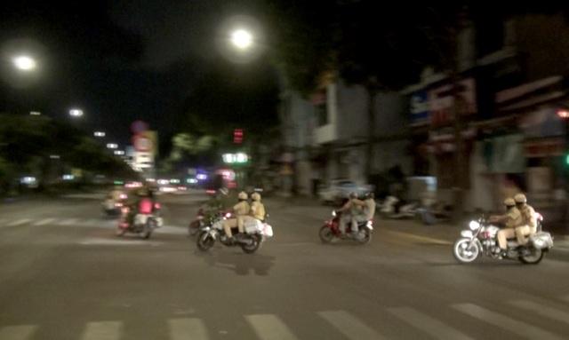 CSGT diễn tập bắt hàng chục quái xế đua xe lúc rạng sáng - 3