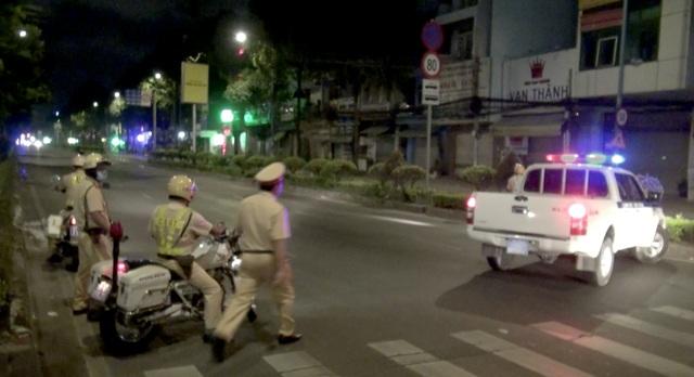 CSGT diễn tập bắt hàng chục quái xế đua xe lúc rạng sáng - 4