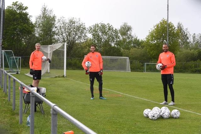 Đáp trả những chỉ trích, Văn Hậu rạng rỡ trên sân tập cùng SC Heerenveen - 6