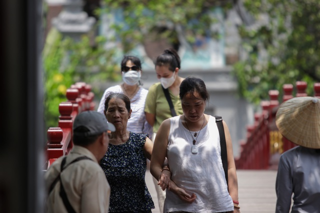 Hà Nội: Thắng cảnh, di tích thưa vắng khách trong ngày mở cửa trở lại - 10