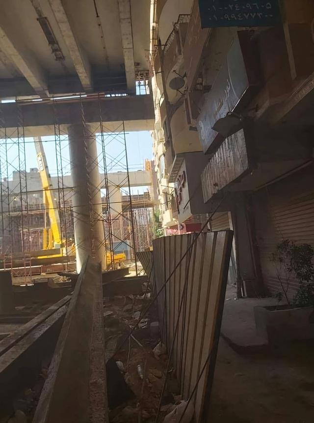 Kỳ lạ: Xây đường cao tốc sát ban công của chung cư bị phản đối kịch liệt - 3
