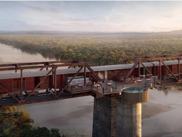 Kỳ lạ: Khách sạn nằm chênh vênh trên đường ray của cầu sắt - 1
