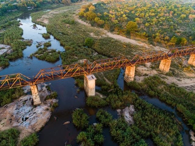 Kỳ lạ: Khách sạn nằm chênh vênh trên đường ray của cầu sắt - 2