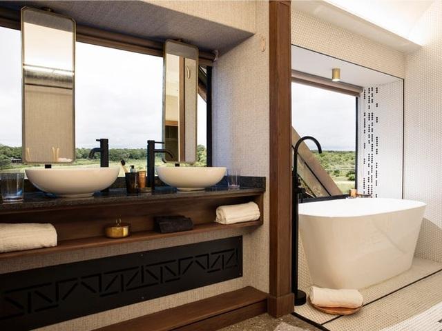 Kỳ lạ: Khách sạn nằm chênh vênh trên đường ray của cầu sắt - 5