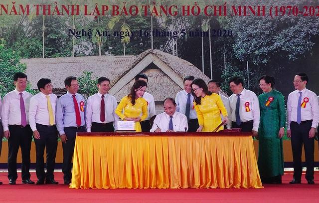 Phát hành đặc biệt bộ tem về Chủ tịch Hồ Chí Minh - 1