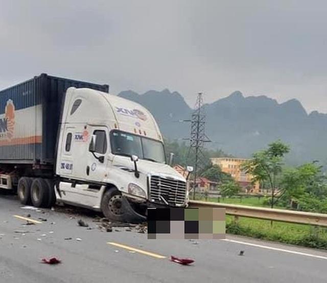 Xe container lấn làn gây tai nạn liên hoàn, học sinh lớp 12 tử vong - 1