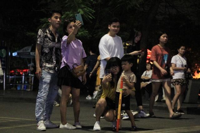 Phố đi bộ Hồ Gươm đông nghịt trở lại sau 3 tháng nghỉ dịch - 13