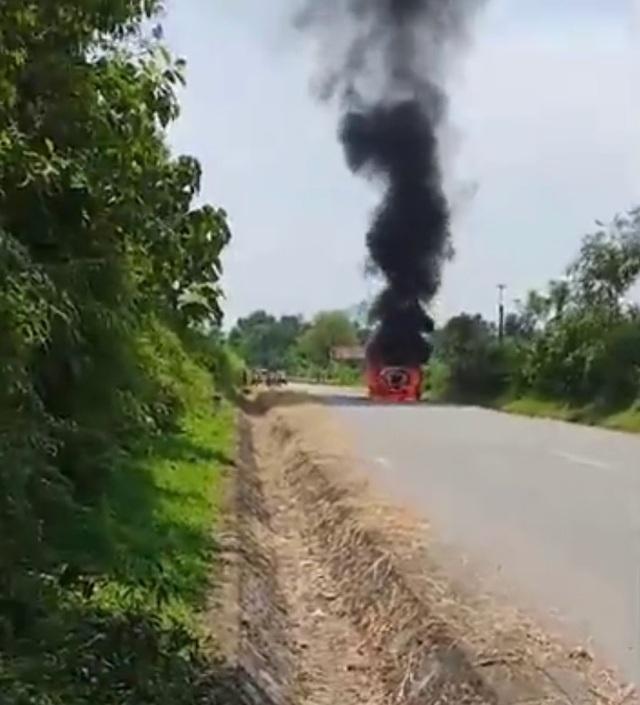 Xe Santafe bốc cháy trên đường, tài xế bỏng nặng - 1