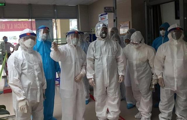 Chuyển 2 ca Covid-19 viêm phổi từ Thái Bình về BV Bệnh nhiệt đới TW - 1
