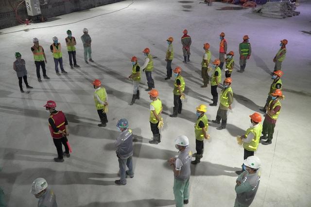 Công nhân xuyên đêm đổ bê tông ga ngầm đường sắt đầu tiên ở Hà Nội - 6