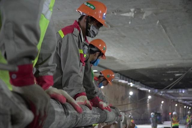 Công nhân xuyên đêm đổ bê tông ga ngầm đường sắt đầu tiên ở Hà Nội - 4