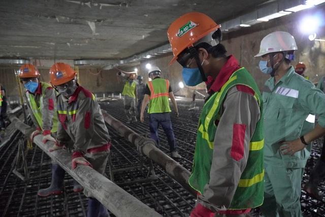 Công nhân xuyên đêm đổ bê tông ga ngầm đường sắt đầu tiên ở Hà Nội - 8