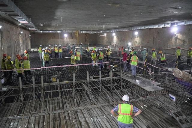 Công nhân xuyên đêm đổ bê tông ga ngầm đường sắt đầu tiên ở Hà Nội - 3