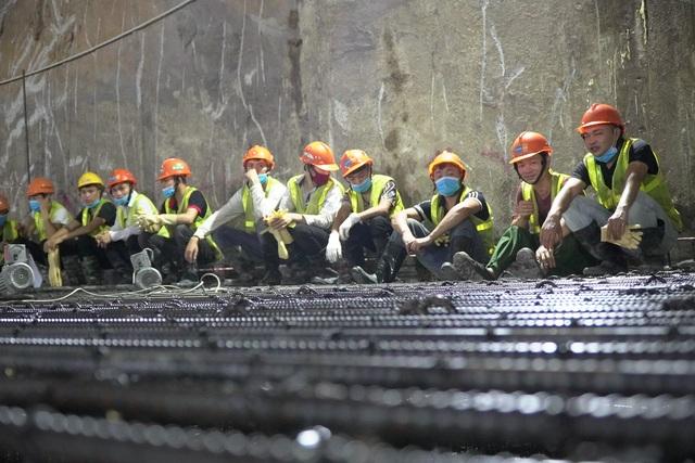 Công nhân xuyên đêm đổ bê tông ga ngầm đường sắt đầu tiên ở Hà Nội - 9
