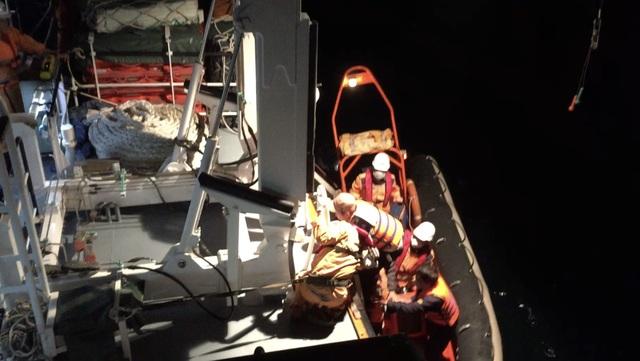 Cứu 7 ngư dân trên tàu chìm trong giông lốc - 1