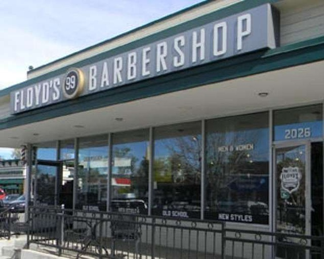 Lần đầu cắt tóc sau dịch Covid-19, khách phóng tay bo hàng ngàn USD - 1