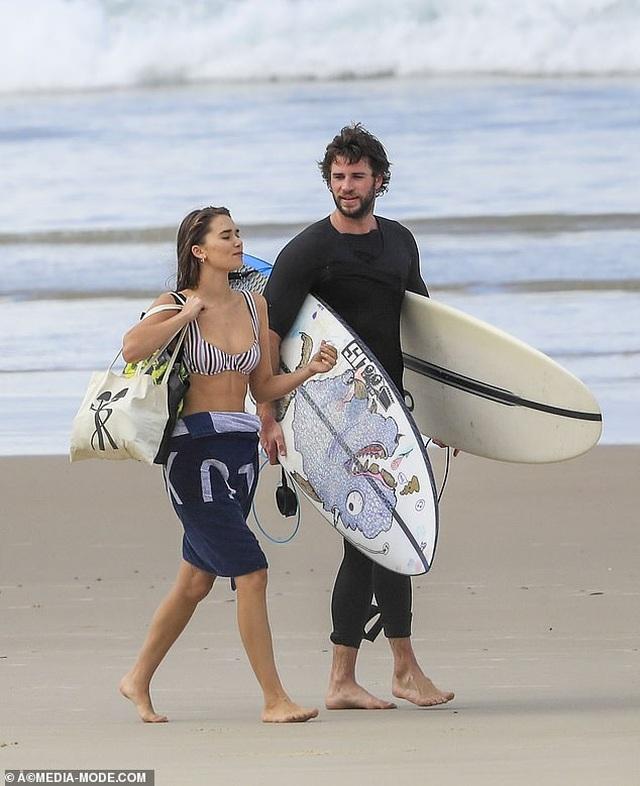 Liam Hemsworth ra biển cùng bạn gái gợi cảm - 7