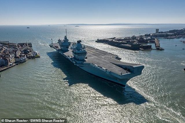 Video tàu sân bay 3,6 tỷ USD của Anh bị rò rỉ khiến nước biển tràn vào - 1