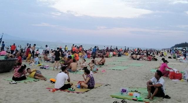"""Nắng nóng gay gắt, người dân đổ xô đi tắm biển """"hạ hỏa"""" - 3"""