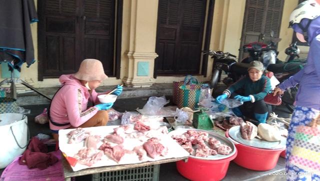 """Buôn bán ế ẩm nhiều chủ hàng thịt lợn đành """"treo quầy"""" - 3"""