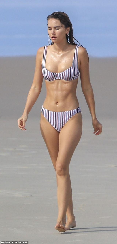Liam Hemsworth ra biển cùng bạn gái gợi cảm - 2