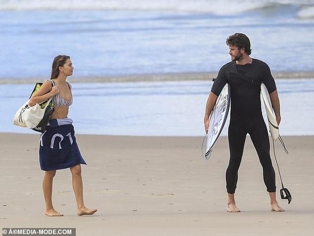 Liam Hemsworth ra biển cùng bạn gái gợi cảm - 3