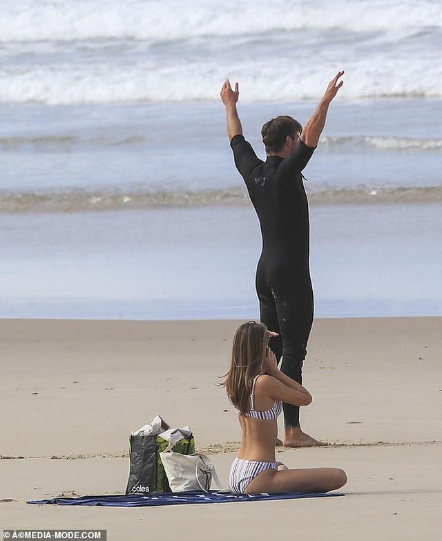Liam Hemsworth ra biển cùng bạn gái gợi cảm - 5