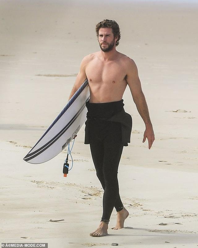 Liam Hemsworth ra biển cùng bạn gái gợi cảm - 8