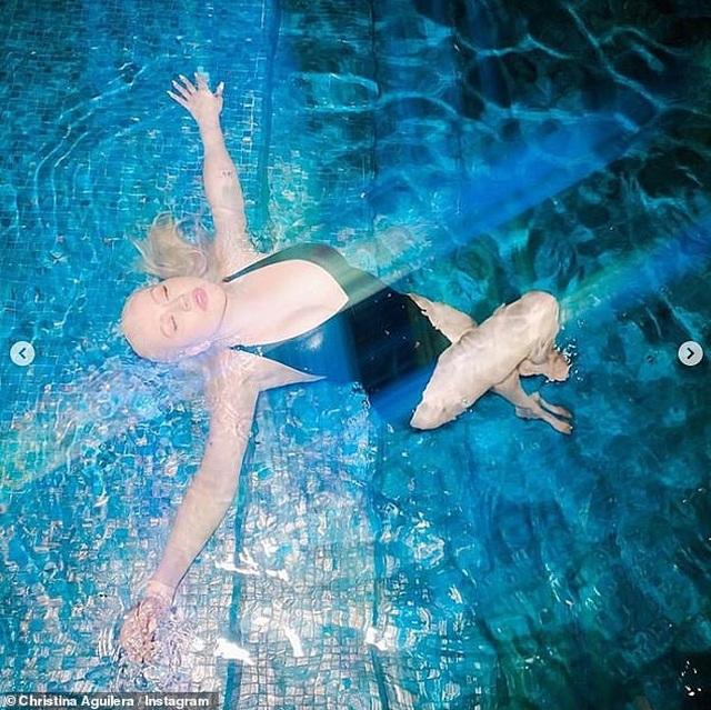 Bầu bí, Ciara vẫn tự tin diện áo tắm - 9