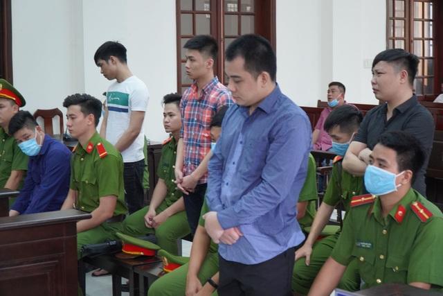 Vụ giang hồ vây xe chở công an: Các bị cáo nhận hơn 16 năm tù - 1