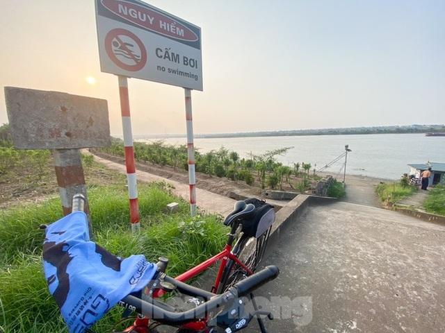 Bãi biển tự phát khổng lồ ngay dưới chân cầu Thăng Long - 1