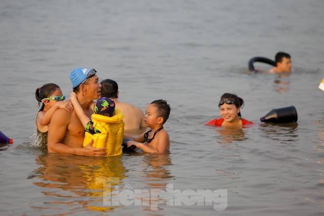 Bãi biển tự phát khổng lồ ngay dưới chân cầu Thăng Long - 10