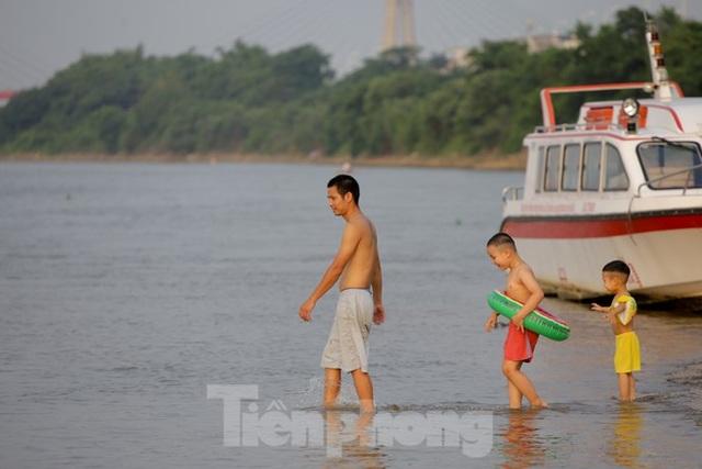 Bãi biển tự phát khổng lồ ngay dưới chân cầu Thăng Long - 11