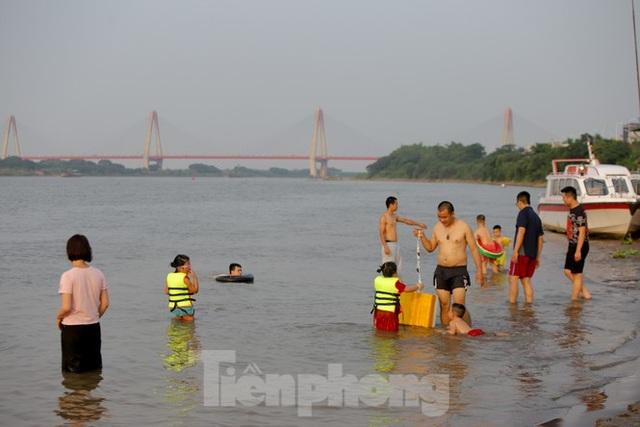 Bãi biển tự phát khổng lồ ngay dưới chân cầu Thăng Long - 12