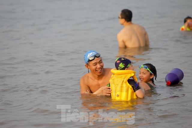 Bãi biển tự phát khổng lồ ngay dưới chân cầu Thăng Long - 13