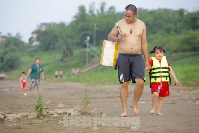 Bãi biển tự phát khổng lồ ngay dưới chân cầu Thăng Long - 2