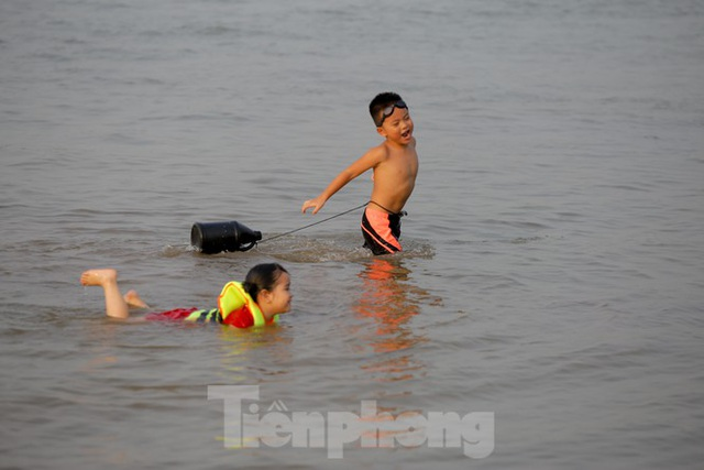 Bãi biển tự phát khổng lồ ngay dưới chân cầu Thăng Long - 5
