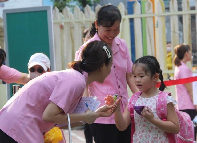 Trẻ mầm non đi học trở lại: Con cười tươi, mẹ... khóc! - 4