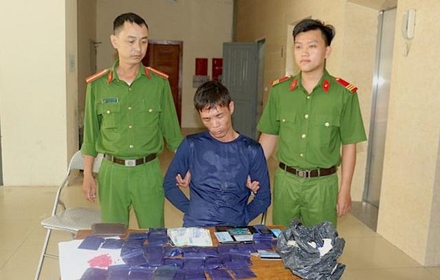 Thủ súng quân dụng đi buôn 6.000 viên ma túy - 1