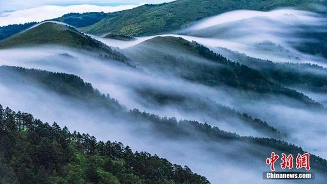 """Mây cuồn cuộn """"tuôn chảy"""" từ đỉnh núi cao 3000m như thác chảy - 2"""