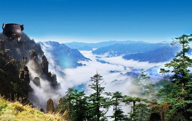 """Mây cuồn cuộn """"tuôn chảy"""" từ đỉnh núi cao 3000m như thác chảy - 4"""