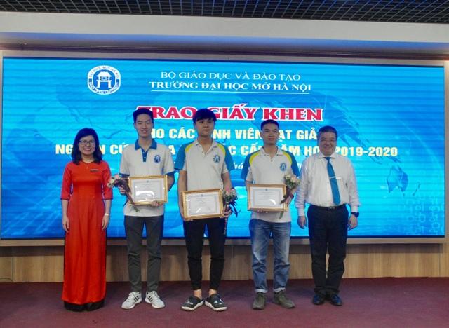 Trường ĐH Mở Hà Nội khen thưởng 105 SV có thành tích nghiên cứu khoa học - 4