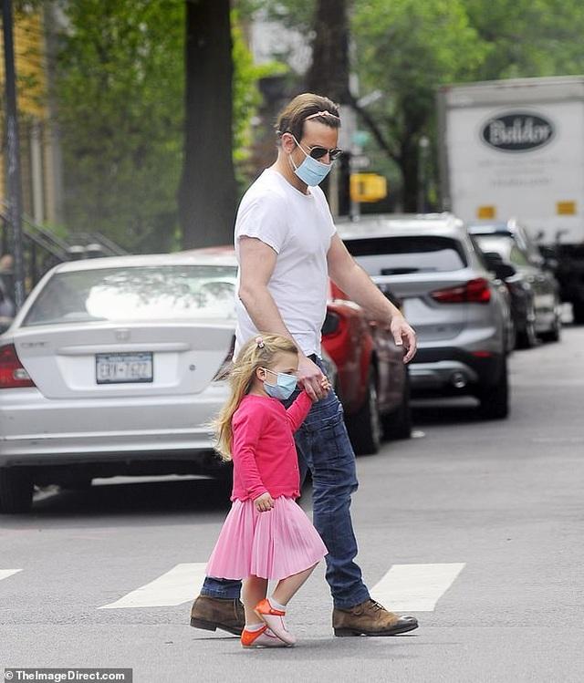 Bradley Cooper đeo băng đô của con ra phố - 1