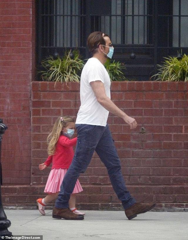Bradley Cooper đeo băng đô của con ra phố - 3