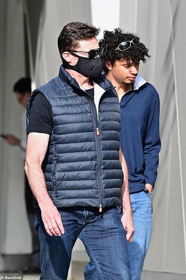 Bradley Cooper đeo băng đô của con ra phố - 5