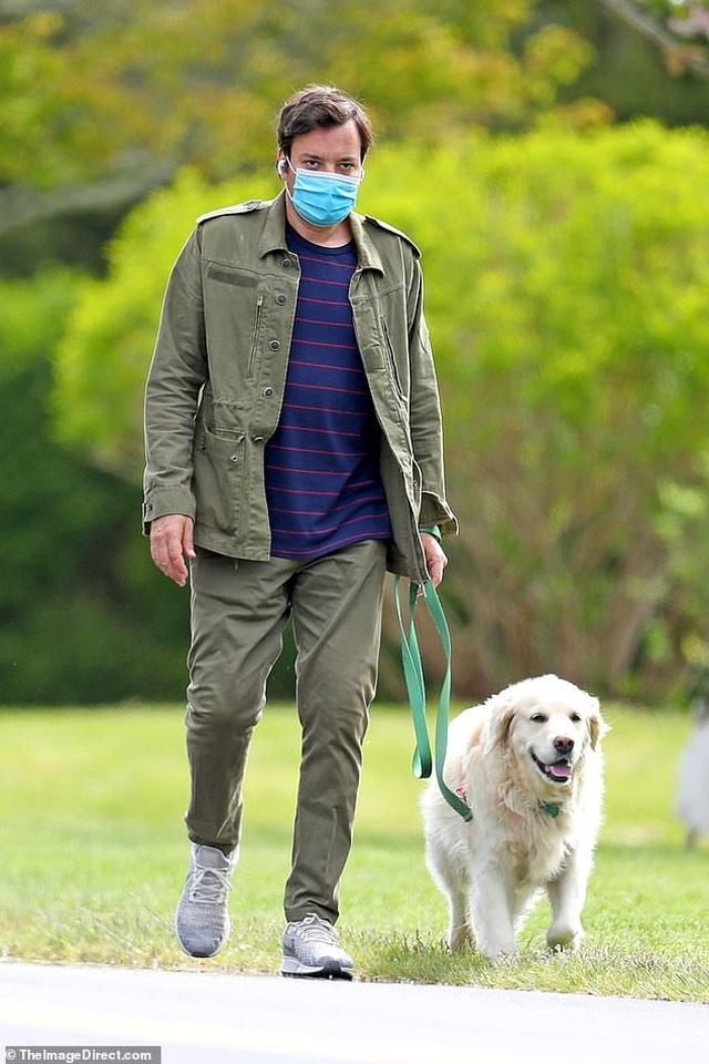 Bradley Cooper đeo băng đô của con ra phố - 6