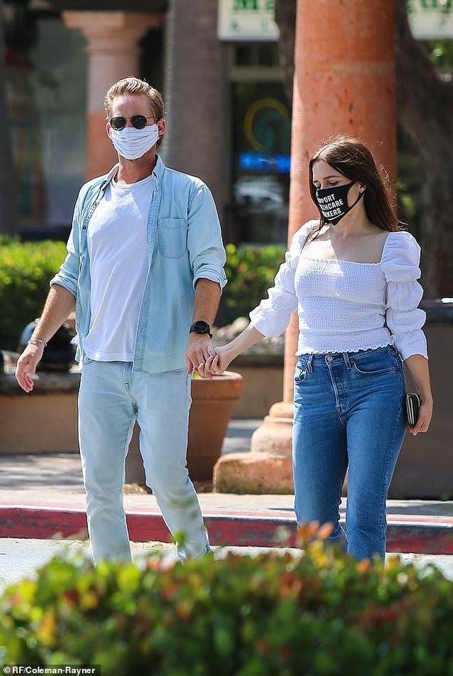 Bradley Cooper đeo băng đô của con ra phố - 8