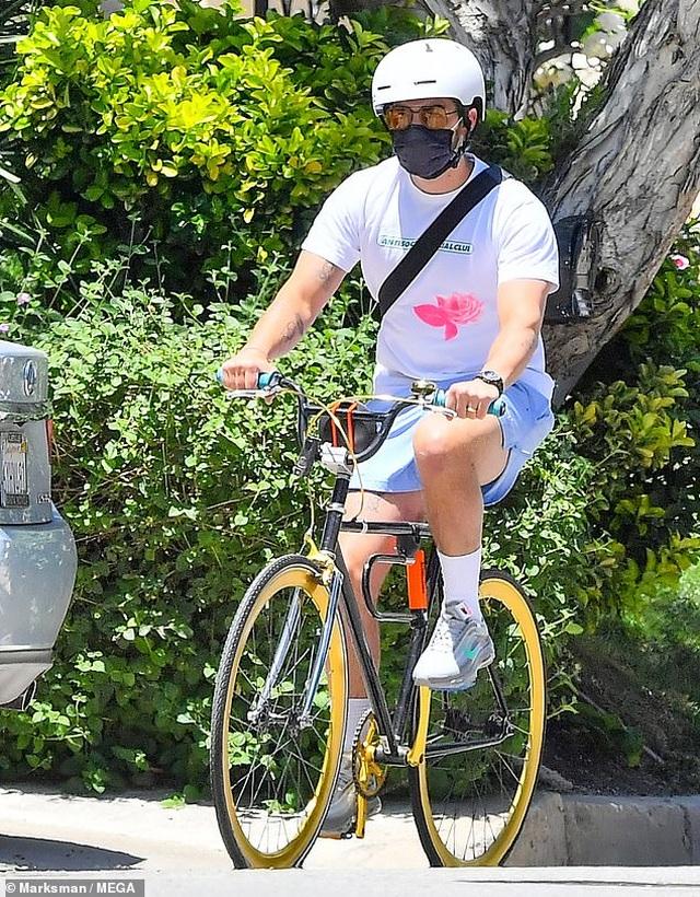 Bradley Cooper đeo băng đô của con ra phố - 9