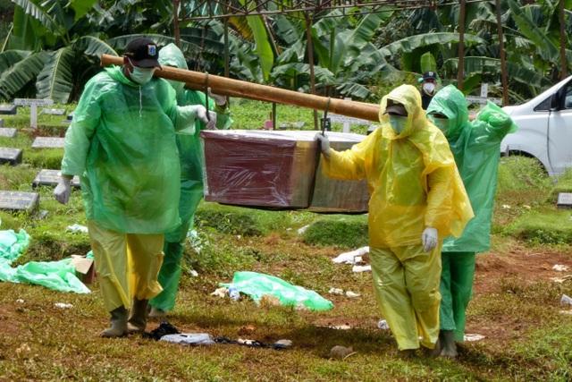 15 người  Indonesia nhiễm virus từ thi thể nạn nhân Covid-19 trong quan tài - 1